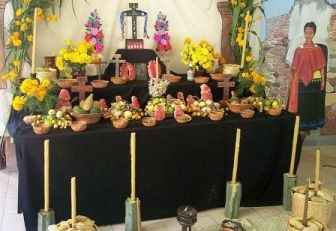 800px-Mexico-Day_of_the_Dead_altar.jpg
